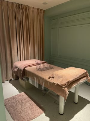 広々とした完全個室の施術ルームです。冬はベットヒーターで暖かいです♪ ・施術ベッドの使用目的は施術・セラピーに限定されます - BeautySalon LI'A サロンスペースの室内の写真