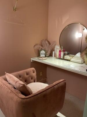 写真映えする充実したメイクルームです♪ ヘアメイクやヘアセットの施術でもご利用いただけます。 - BeautySalon LI'A サロンスペースの設備の写真