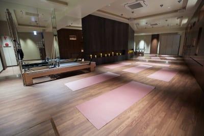 ヨガマットの置き方は自由♪鏡を使うか使わないかで置き方をかえて見て下さい☆ - Transformation ヨガ、ピラティスに最適なスペースの室内の写真