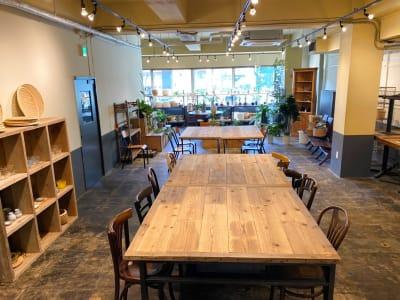 半個室広々空間のイベントスペースも使用可能。 - KLASI COLLEGE 土日祝利用 レンタルキッチンの室内の写真