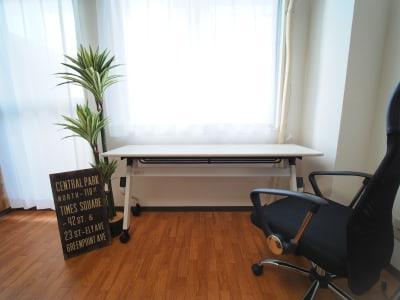 窓に面した二人用デスク - ワーク&ワークアウト池袋 リフレッシュできる貸会議室の室内の写真