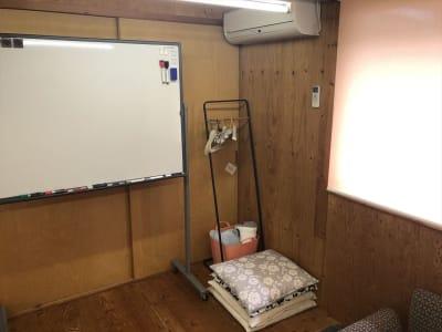 冷暖房完備です。 座布団は必要に応じてご利用ください。必要ない場合は移動します。 - Kinoshita 1996 多目的スペースの室内の写真
