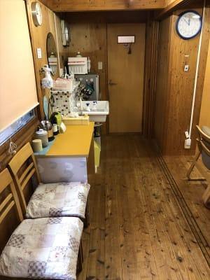 上がってまっすぐの廊下に、水回り・冷蔵庫・電子レンジ・お手洗いがあります。 - Kinoshita 1996 多目的スペースの室内の写真