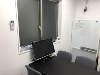 モニターあり - マルチスペース Pave下北沢 会議室、多目的スペースの室内の写真
