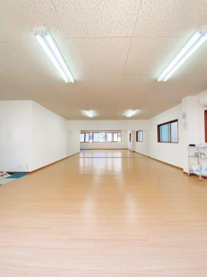 奥行7.6m x 横5.6mの広いダンススタジオです。 グループレッスンでのご利用に最適です! - ダンススタジオFAMFAM レンタルスタジオの室内の写真