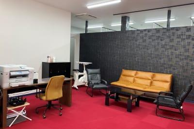 レイジーナアキラ 託児付きコワーキングスペースの室内の写真