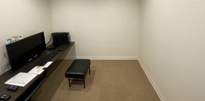背景もシンプルな白一色になります。 ※画像のお部屋は例となります。 - ネットカフェココネ Web面接専用ルームの室内の写真