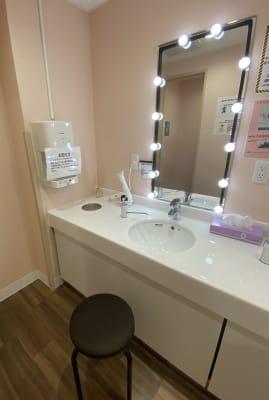 女性専用パウダールームでは女優ライトを設置しております。(2階のみ) Web面接前に身だしなみを整えたい方は是非! - ネットカフェココネ Web面接専用ルームの設備の写真