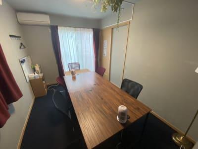 個室ワークスペース 最大5名がけの作業テーブル レイアウト変更可  会議にもおすすめ - 深夜特急+ 2F個室スペース 最大5名様の室内の写真