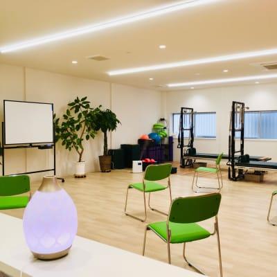 椅子やホワイトボードを使用すれば、会議やセミナーでも利用可能です - Breathing Breathing高宮の室内の写真