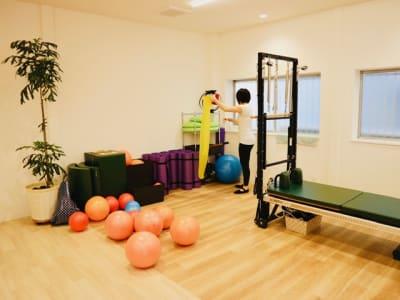 マットやボール等、様々な備品が揃っています - Breathing Breathing高宮の設備の写真