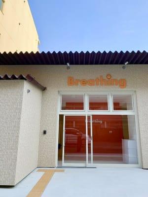 オレンジを基調としたかわいい戸建てスペースです - Breathing Breathing高宮の外観の写真