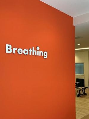 オレンジの壁が目印です - Breathing Breathing高宮のその他の写真