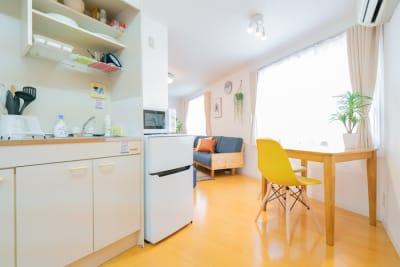 奥にはキッチンとテーブル・イスが2脚✨ - Ravi荻窪 レンタルスペースの室内の写真