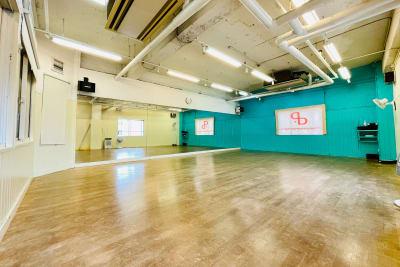 Aスタジオ入り口から撮影 - ドットカラーダンススタジオ Aスタジオの室内の写真