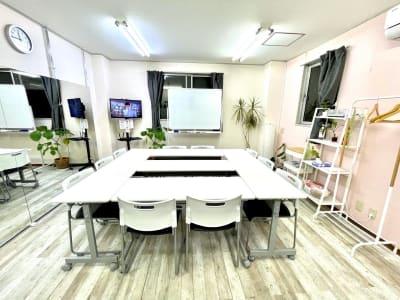 机の配置は自由 - レンタルスタジオ リル ダンスもできる貸し会議室の室内の写真
