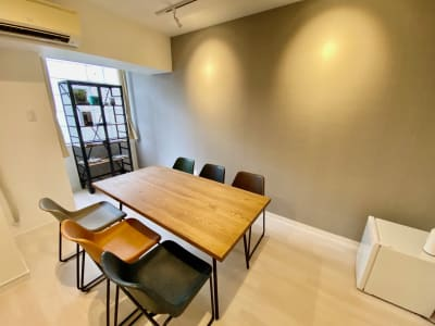 暖かい色のシーリングライトが照らすレトロモダンな個室♪ - SSS渋谷 SSS渋谷Ⅱ レンタルスペースの室内の写真