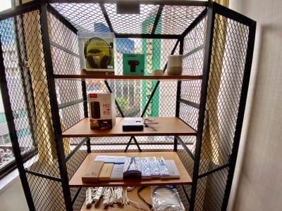 窓辺のシースルーキャビネットの中に各種備品があります! - SSS渋谷 SSS渋谷Ⅱ レンタルスペースの設備の写真
