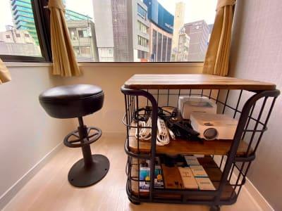 窓辺の棚にはコンパクトに備品が収納されています。 - SSS渋谷 SSS渋谷Ⅲ レンタルスペースの設備の写真