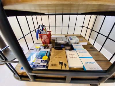 接続ケーブルや文房具。ちょっとしたテレワークでも安心★ - SSS渋谷 SSS渋谷Ⅲ レンタルスペースの設備の写真