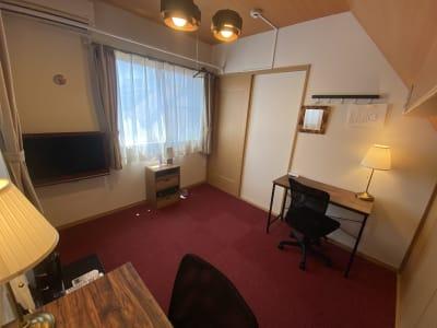室内設備 デスク&チェアー HDMI対応モニター 空気清浄加湿器 デスクライト ミラー - 深夜特急+ 3F個室スペース 最大2名様 の室内の写真