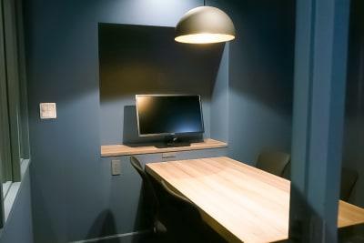 モニター付きでWeb会議にも最適です。 - Basis Point上野店 4名用会議室 (Room A)の室内の写真