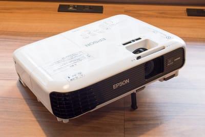 プロジェクターは1,100円にて貸出可能です。ご希望の場合は備考欄にお書き添えください。 - Basis Point上野店 4名用会議室 (Room A)の設備の写真