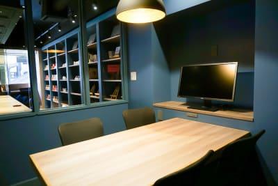 ガラス壁はロールカーテンで遮ることもできます。 - Basis Point上野店 4名用会議室 (Room A)の室内の写真