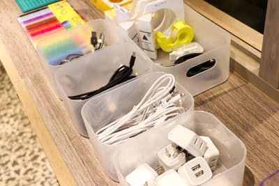 充電器、ケーブル、文具等は無料貸出しております。 - Basis Point上野店 4名用会議室 (Room A)の設備の写真