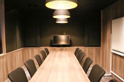 モニター設置でWeb会議などに便利なお部屋です。 - Basis Point上野店 12名用会議室 (Room B)の室内の写真