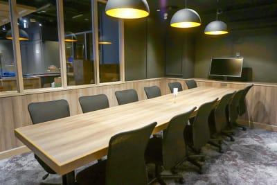 テーブルは2台ございますので、レイアウト変更も可能です。 - Basis Point上野店 12名用会議室 (Room B)の室内の写真