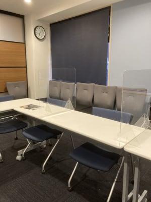 飛沫防止プレートのご準備もございます。ご希望に応じて設置いたします。 - ネクストNAGANO 会議室の室内の写真