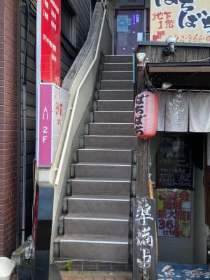 こちらの階段から3Fへ上がってください。 - レンタルスペースKAI ドローンスペースの入口の写真