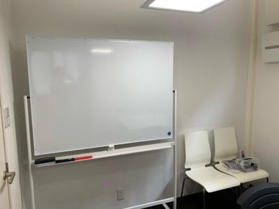 備品:ホワイトボード - dot7 スタイリッシュスモールオフィスの設備の写真