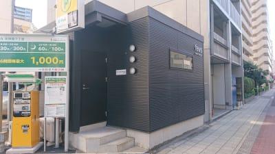 黒の1階建ての建物です。  - dot7 スタイリッシュスモールオフィスの外観の写真