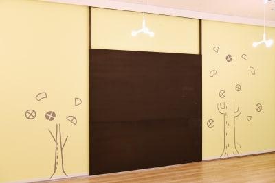 壁沿いにスライド出来るブラックボードが常設されています。 - Hikarieカンファレンス Room O (オー)の室内の写真