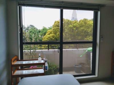 左側のベッドから見た景色 - 新宿御苑レンタルサロン サロンスペースの室内の写真