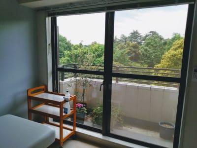 右側のベッドから見た景色 - 新宿御苑レンタルサロン サロンスペースの室内の写真