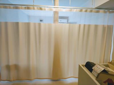 カーテンを閉めた施術スペース - 新宿御苑レンタルサロン サロンスペースの室内の写真