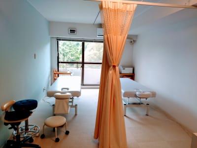 カーテンを開けた施術スペース - 新宿御苑レンタルサロン サロンスペースの室内の写真