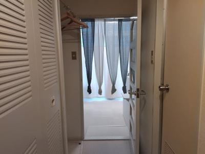 入口ドアから見た室内 - 新宿御苑レンタルサロン サロンスペースの室内の写真
