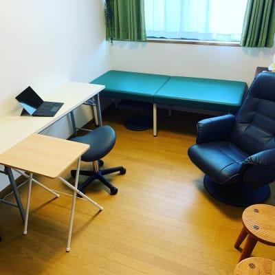 椅子が何種類もあります。テレワークスペースとしてご利用の際の配置です。 - Will Labo 西山本 テレワークスペースの室内の写真