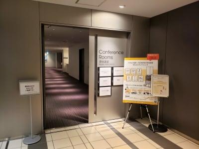 渋谷ヒカリエ11階にございます。 - Hikarieカンファレンス Room Aの入口の写真