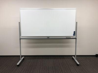 Room A、B、C、Dにはホワイトボードが1台常設(無料)されております。 追加(有料)でご希望の際は、オプションで選択ください。 - Hikarieカンファレンス Room Bの設備の写真