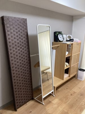 着替えが必要な場合でも、特大サイズのパーテーションで安心。 - simple阿佐ヶ谷 施術専用レンタルサロンの設備の写真