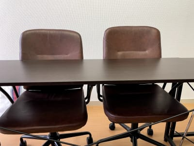 2つ椅子の種類が違います - サンフラワービル シェアハコ会議室の室内の写真