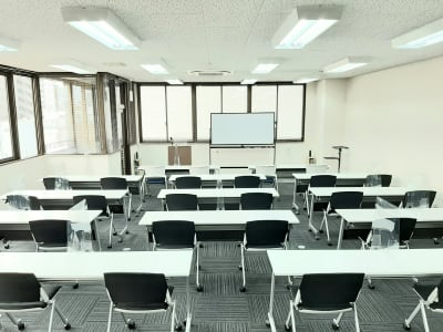 スクール形式 最大配置 デスクw1800×15台 - エキマエ会議室 貸し会議室、セミナー会場の室内の写真