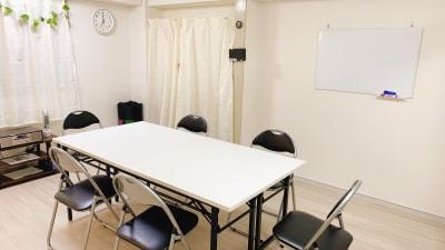 会議室Bee カジュアル会議室、多目的スペースの室内の写真