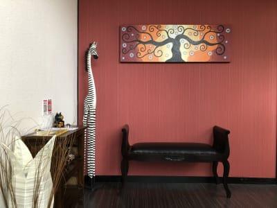 シマウマが玄関でお出迎え…あくまでもオブジェです - レンタルスペース ハルモニア フリースペースの室内の写真