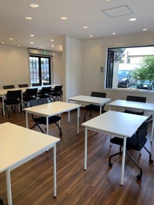 テーブルのサイズ100×70 - アートギャラリー チェリー成城 路面レンタルスペースの室内の写真